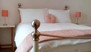 A bed or beds in a room at Lephenstrath Bridge Holiday Cottages Nan's Hoose
