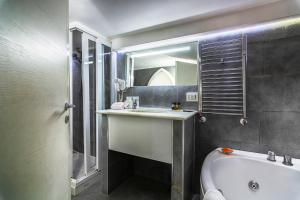 A bathroom at Suite Apartments Angioini