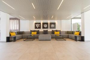 A seating area at Atenea Park Suites & Apartments