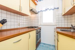 A kitchen or kitchenette at Apartments Gea