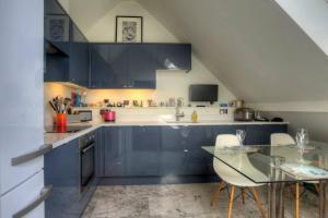 Majoituspaikan Luxury St Pauls Penthouse keittiö tai keittotila