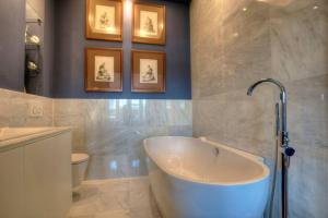 Kylpyhuone majoituspaikassa Luxury St Pauls Penthouse