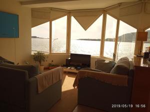 Uma área de estar em Labrax Viewpoint