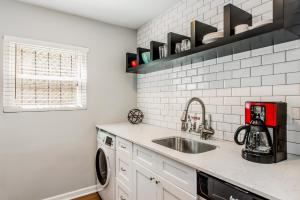 A kitchen or kitchenette at Amazing Midtown Location by Piedmont Park