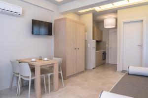 Télévision ou salle de divertissement dans l'établissement Fata Morgana Studios & Apartments