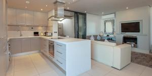 A kitchen or kitchenette at Hermanus Apartments