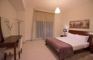 A bed or beds in a room at Luxurious Apartment, Marina View