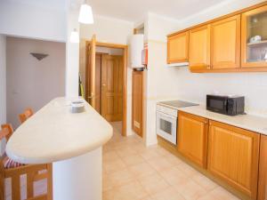 A kitchen or kitchenette at Apartamentos Quinta da Praia