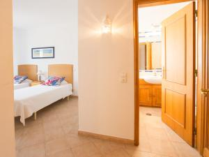 A bathroom at Apartamentos Quinta da Praia