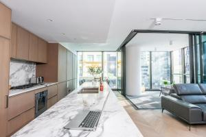 A kitchen or kitchenette at Apartment Hyde Park - Elizabeth