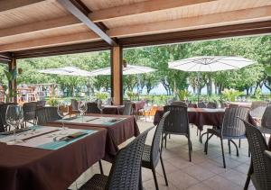 מסעדה או מקום אחר לאכול בו ב-Villaggio Turistico Lugana Marina