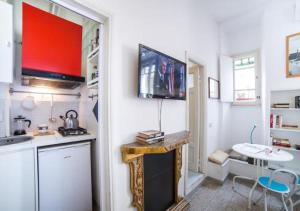 A kitchen or kitchenette at Rent in Rome - Queen