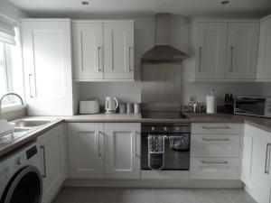 A kitchen or kitchenette at Bushmills Haven