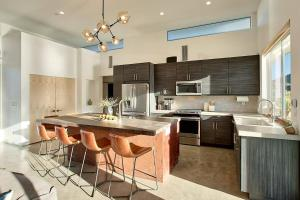 A kitchen or kitchenette at SkyHouse