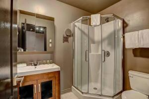 A bathroom at Drummond by Bouticstay