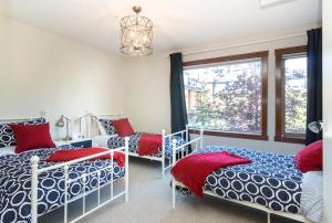 A bed or beds in a room at Canmore Crossing Condo with Rooftop Hot Tub