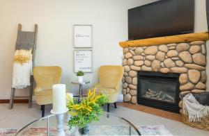 A seating area at Canmore Crossing Condo with Rooftop Hot Tub