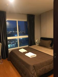 A bed or beds in a room at Diamond Sukhumvit by KS