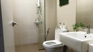 A bathroom at Kirei Suite 2BR @ I-Suite, I-City