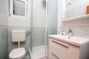 Kupaonica u objektu Apartmani Šulenta