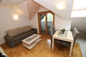 Prostor za sedenje u objektu Apartments Deki