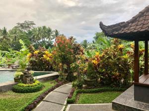 Jardín al aire libre en Rumah Surga Villa