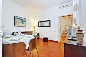 A restaurant or other place to eat at Navona Delightful Apartment