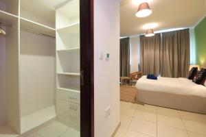 A bed or beds in a room at New Arabian Holiday Homes - Burj Residence 5