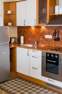 A kitchen or kitchenette at Romeo Family Uus Apartments