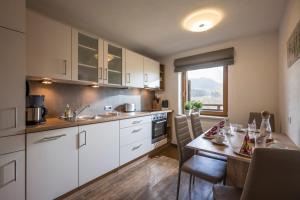 A kitchen or kitchenette at Ferienwohnung Lehenhof