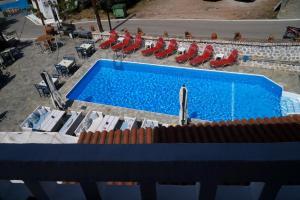 Vaizdas į baseiną apgyvendinimo įstaigoje Vasilaras Hotel arba netoliese