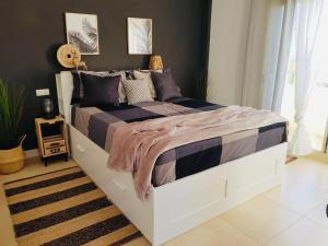 A bed or beds in a room at 3 Bedroom with Rooftop Terrace & Jacuzzi