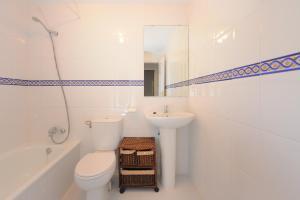 A bathroom at Apartment Lirio Casares Golf Canovas