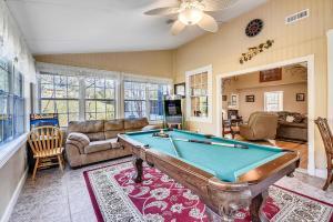 Τραπέζι μπιλιάρδου στο Mansion In The Smokies: Views, Basketball, Minigolf, Firepit Estate