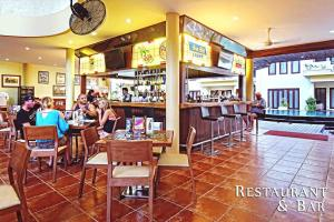 A restaurant or other place to eat at Kuta Town House Apartments