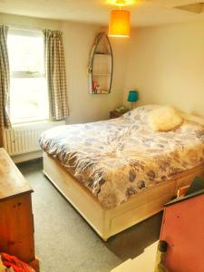 A bed or beds in a room at Bay Tree Cottage