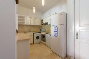 A kitchen or kitchenette at Beautiful Cosy 3 bedroom townhouse in South Marina