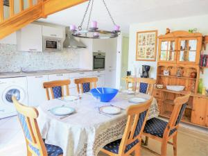 A restaurant or other place to eat at Holiday Home Rose des Sables