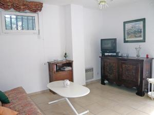 A television and/or entertainment center at Apartment Les Jardins de Neptune.2