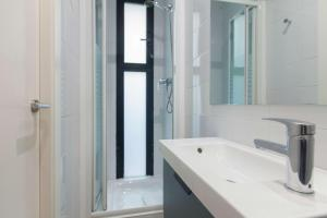 A bathroom at Short Stay Group Liceu Serviced Apartments
