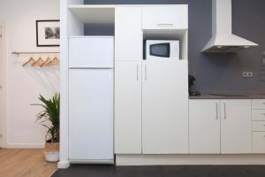 A kitchen or kitchenette at Short Stay Group Liceu Serviced Apartments