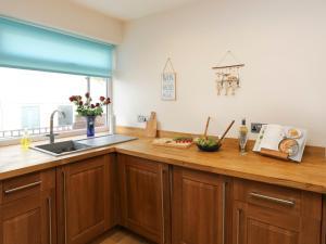 A kitchen or kitchenette at Bay View - Benllech