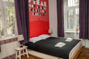 Een bed of bedden in een kamer bij Red Kurka Apartments