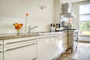 A kitchen or kitchenette at Leyden Academy EasyBnB