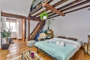 A bed or beds in a room at Lovely Cocoon in the Heart of Paris - An Ecoloflat