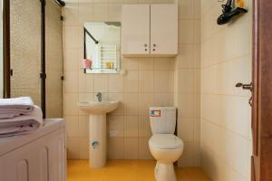 A bathroom at Apartment on Kreizera Street