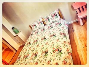 Un pat sau paturi într-o cameră la Eco Travel Downtown