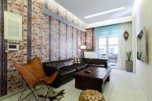 Ein Sitzbereich in der Unterkunft Near Acropolis brand new 1 min from metro