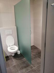 A bathroom at Durbuy, ses ruelles pittoresques et sa gastronomie