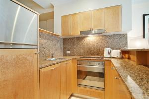 A kitchen or kitchenette at Wyndel Apartments Sydney CBD - Bond